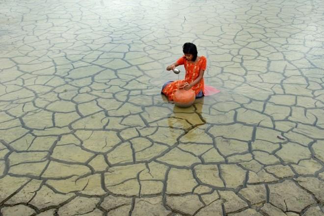 Thiếu nữ gom nước mưa
