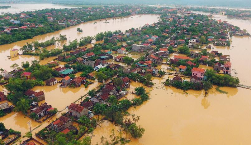 Làng quê Việt Nam trong mùa mưa bão